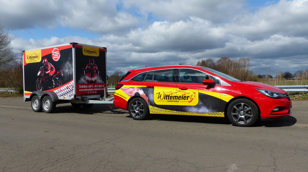 Opel-Astra-Sportstourer_Anhaenger_fahrend
